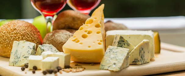 Glasses of Wine with Cheese and Bread (Foto: Getty Images/iStockphoto)
