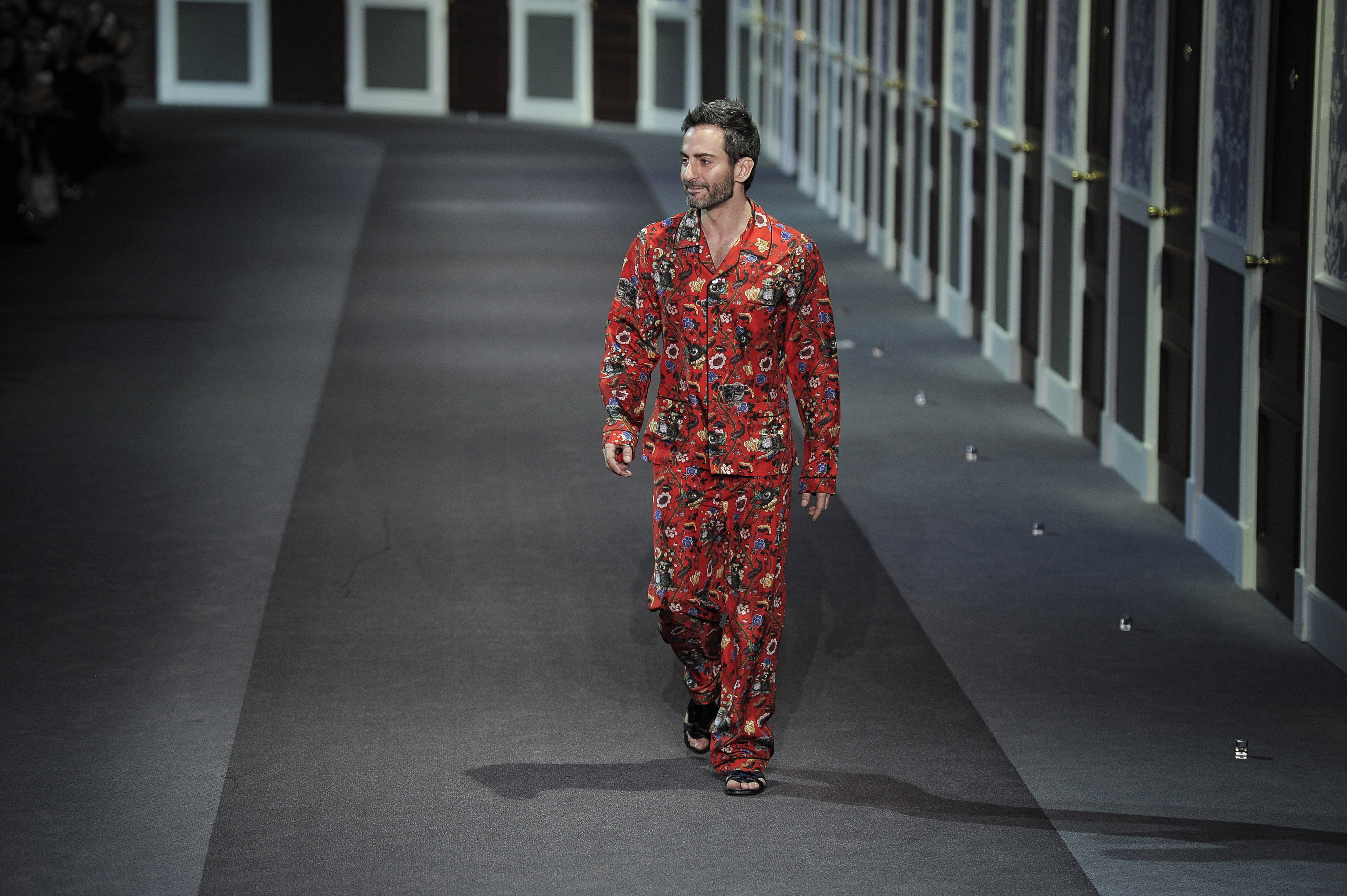 Marc Jacobs na entrada final de desfile da Louis Vuitton (Foto: Getty Images)